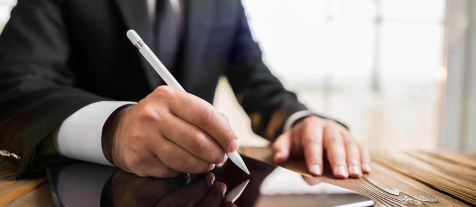 Un homme réalisant une signature électronique