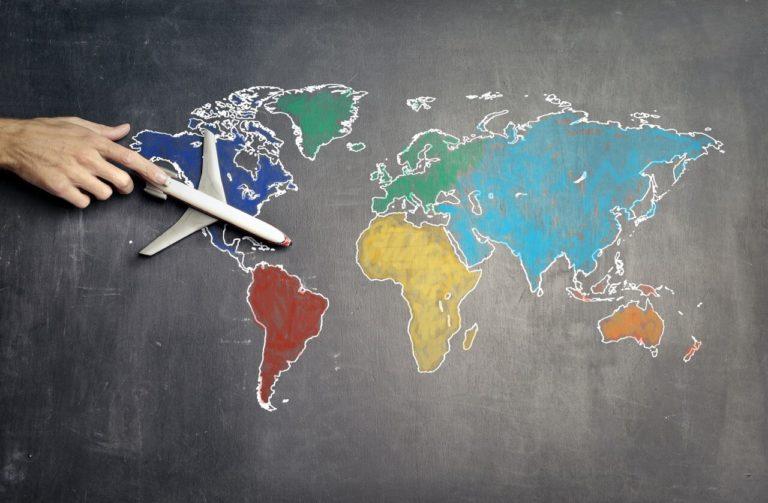 Carte du monde avec avion - David Larrat Avocat