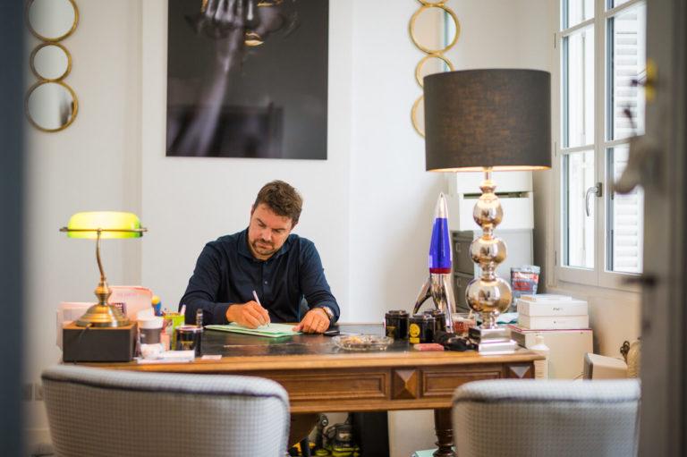 David Larrat dans son bureau au cabinet de Périgueux - Larrat Avocat